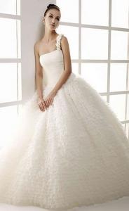 Vestido de novia  Innovias confeccionado en organza y falda de mucho volumen.