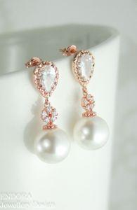 Pendientes con forma de lágrima invertida y una perla. Vía Pinterest.