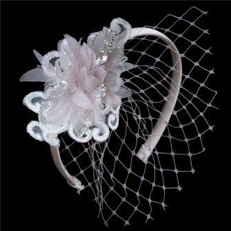 Tocado de novia vintage con velo y flor de Innovias.