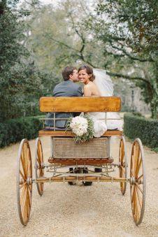 Sencillo y vintage coche de caballos para bodas en el campo. Vía Pinterest.