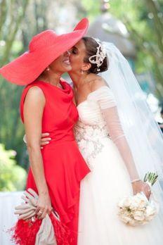 Momento especial y cómplice de una madrina y la novia. Vía Pinterest.