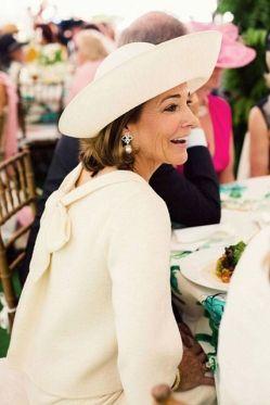 Madrina perfecta vestida de rosa pastel y sencillo sombrero. Vía Pinterest