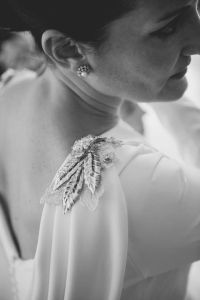 Pendientes con forma de rosetón y una perla en el centro. Vía Pinterest.