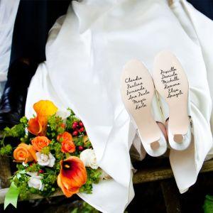 Tradición griega de escribir los nombres de las amigas solteras en la suela de los zapatos de la novia. Vía Pinterest.