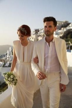 Novios vestidos de blanco para una novia bohemia y chic. Vía Pinterest.