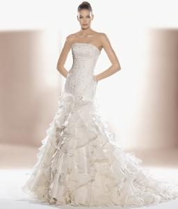Espectacular vestido del Outlet de Innovias con brillos palabra de honor y falda con volantes.