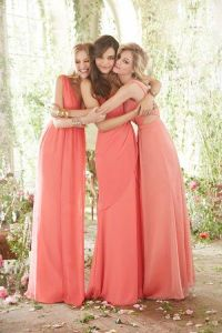 Damas de honor con vestidos largos en tono coral. Vía Pinterest.