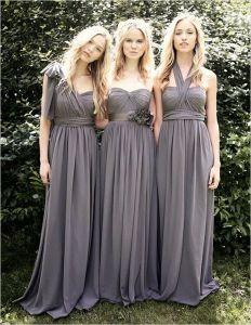 Damas de honor con el mismo vestido pero diferente escote. Vía Pinterest.