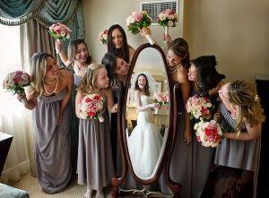 Momento divertido de damas de honor acompañando a la novia. Vía Pinterest.