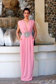 Vestido rosa liso con espectacular cinturón plateado. Vía Pinterest.