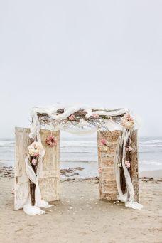 Puerta vintage sobre la orilla del mar. Vía Pinterest.
