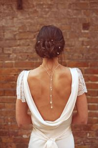 Novia con original collar con caída por la espalda. Vía Pinterest.