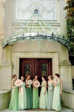 Damas de honor románticas vestidas de verde. Vía Pinterest.