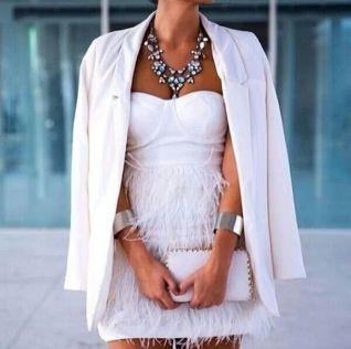 Novia civil con blazer y vestido corto de flecos. Vía Pinterest.