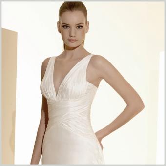 Vestido del Outlet Innovias Madrid de seda, con cuerpo drapeado y escote en