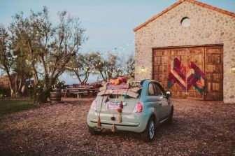 Coche nuevo decorado  de forma bohemia para una boda en el campo. Vía Pinterest.