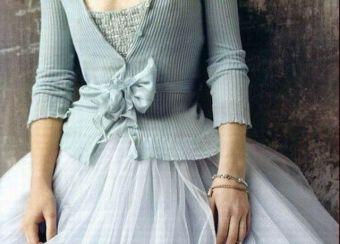 Original novia con traje en azul pastel y chaqueta de punto a juego. Vía Pinterest.