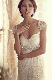 Vestido de novia romántica con brillos y encaje. Vía Pinterest.