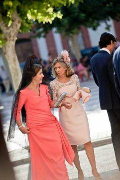 Madrina con mantilla y vestida de largo acompañada por una invitada. Vía Pinterest.