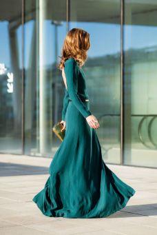 Vestido de invitada largo con escote en la espalda. Vía Pinterest.