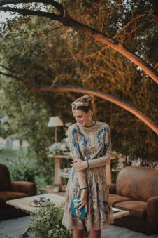 Vestido estampado con espectacular tiara. Vía Pinterest.