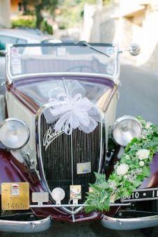 Coche clásico descapotable para bodas. Vía Pinterest.