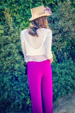 Look de invitada con blusa y pantalón. Vía Pinterest.
