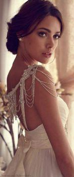 Pedrería incorporada en tu vestido de novia. Vía Pinterest.