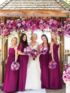 Damas de honor del mismo color y con el mismo ramo que la novia. Vía Pinterest.