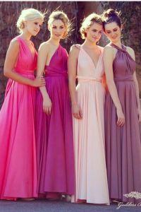 Damas de honor con vestidos en gama de colores rosas. Vía Pinterest.