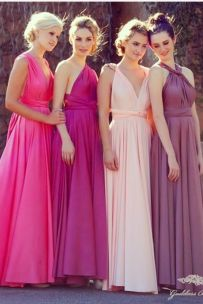 Damas de honor con vestidos en gama de colores rosas. Vía Pinterest.