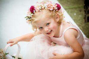 Pequeña niña de las flores vestida de dama de honor. Vía Pinterest.