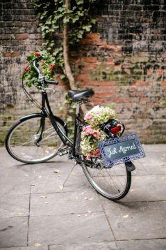 Antigua bicicleta restaurada para llegar a tu boda de una forma original. Vía Pinterest.