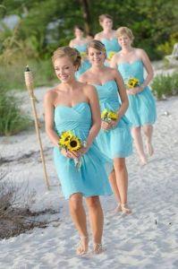 Damas de honor de corto en una boda en la playa. Vía Pinterest.
