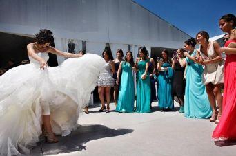 Novia dedicándole un baile a sus amigas. Vía Pinterest.