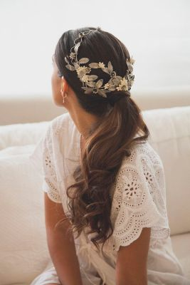 Novia romántica con tiara metalizada de hojas. Vía Pinterest.
