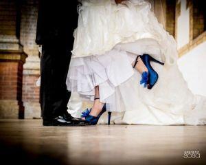 Novia con zapatos azules el día de su boda. Vía Pinterest.