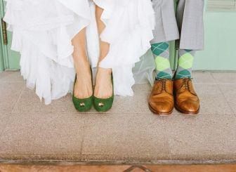 Zapatos de novia verdes a juego con los calcetines del novio. Vía Pinterest.