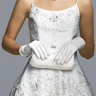 Novia con guantes y delicado bolsito blanco a juego. Vía Pinterest.