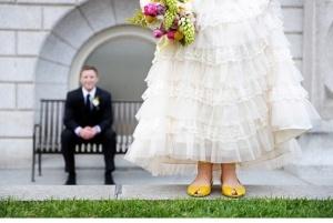 Novia con sandalias planas amarillas. Vía Pinterest