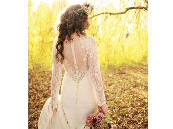 Novia con transparencias y corona de flores. Vía Pinterest.