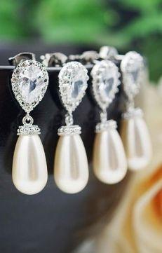Maravillosos pendientes de novia con cristales de Swarovski. Vía Pinterest.