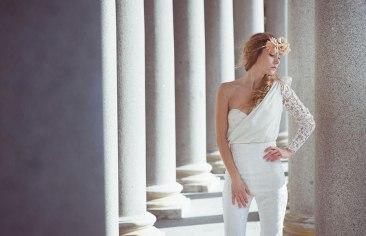 Novia tomántica con pantalones y corona de flores como complemento. Visto aquí
