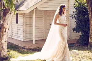 Romántica novia con vestido de estrass y transparencias, combinado con un largo velo. Vía Pinterest.