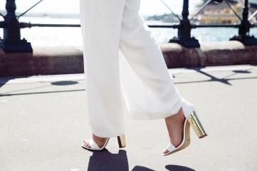 Favorecedoras sandalias blancas y plateadas para combinar con el traje de novia. Visto aquí.
