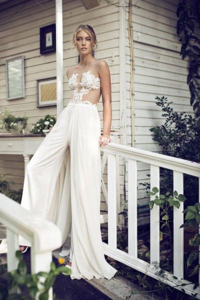 23e02b19d4 Impresionante novia con pantalón palazzo y top con transparencias. Visto  aquí.