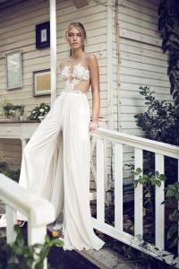Impresionante novia con pantalón palazzo y top con transparencias. Visto aquí.