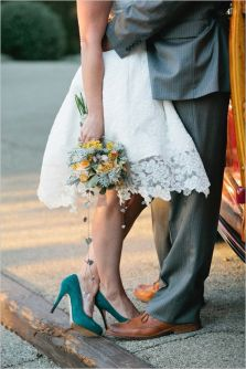 Novia de corto con zapatos verdes y ramo de novia a juego. Vía Pinterest.