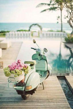 Motocicleta vintage adornada con flores. Vía Pinterest.
