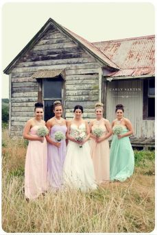 Damas de honor vestidas en diferentes colores. Vía Pinterest.